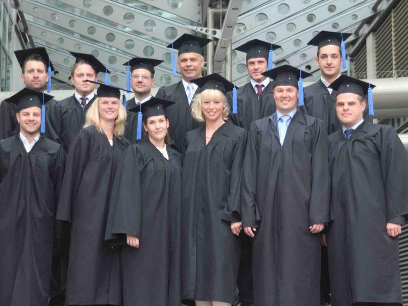 Bachelor-Studenten feiern in Talar und Doktorhut erfolgreichen ...