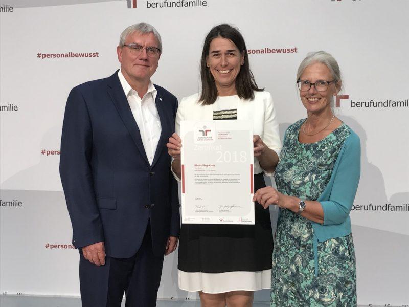 Landrat Sebastian Schuster mit seiner allgemeinen Vertreterin, Svenja Udelhoven (Mitte) und der Gleichstellungsbeauftragten Brigitta Lindemann nach der Zertifikatsverleihung